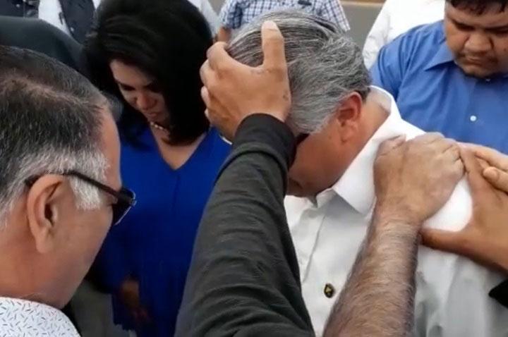 Gustavo Sánchez recibe bendición.