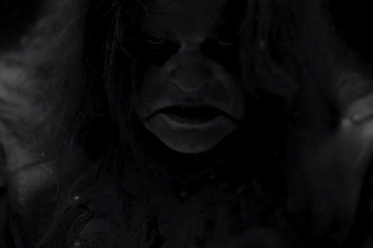 Abbath en el vídeo clip Harvest Pyre.