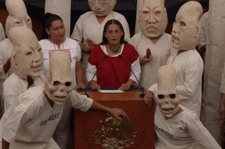 Senadoras de Morena con performance en el senado.
