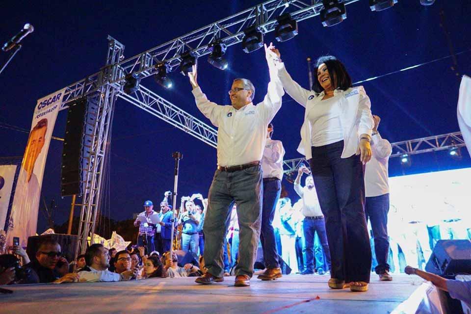 Gustavo Sánchez con su señora esposa durante el cierre de campaña.