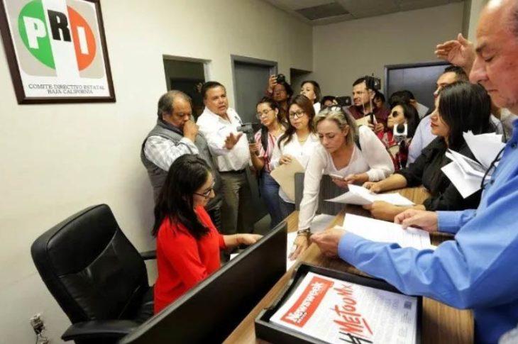 Priistas en las oficinas del partido para renunciar.