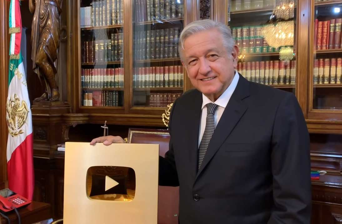 AMLO presume placa de oro de YouTube.