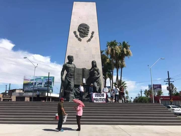 Manifestantes contra AMLO en el monumento a Benito Juárez en Mexicali.