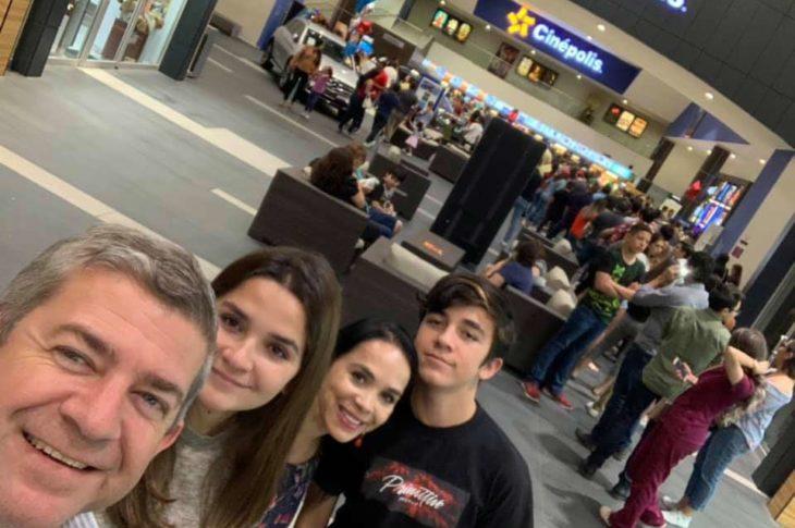 Oscar Vega y familia en el cine.