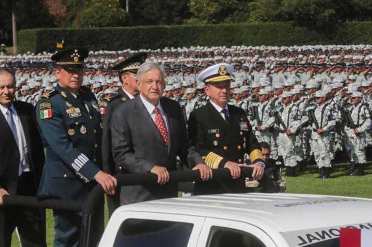 AMLO apreciando a la guardia nacional que ha creado junto con los militares de México.