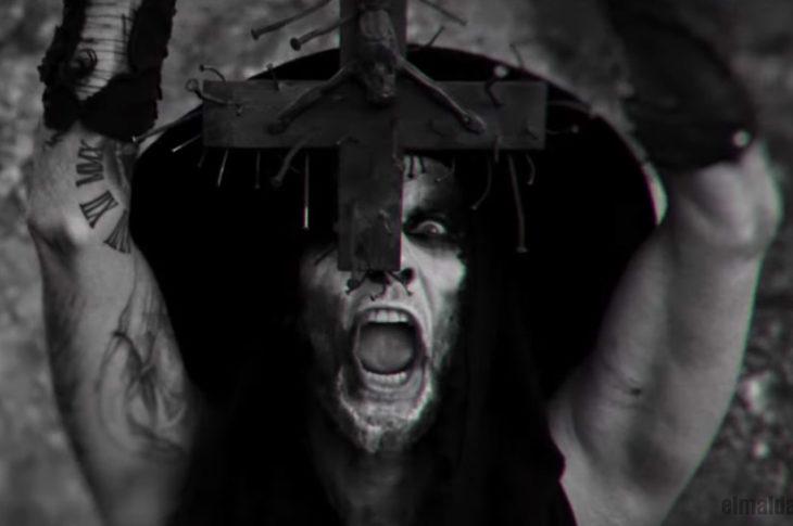 Imagen con la que inicia a cantar Nergal de Behemoth en el vídeo Sabbath Mater.