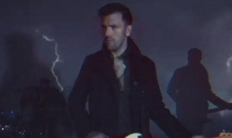Captura de pantalla del nuevo vídeo musical de Calabrese.