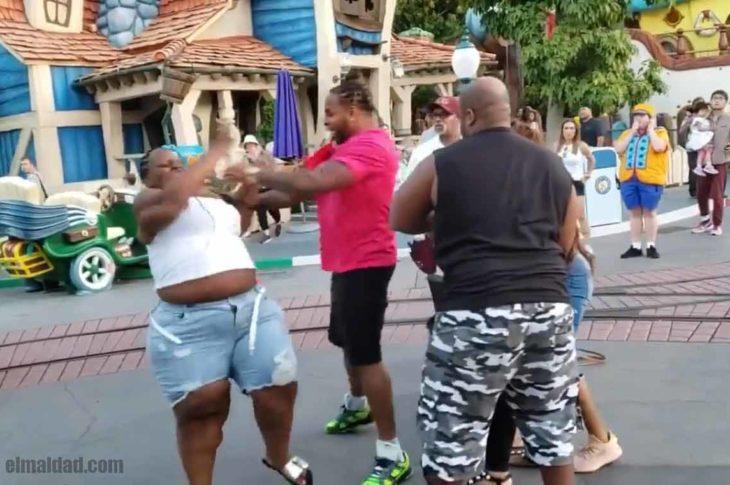 Pelea de negros en Disneylandia.