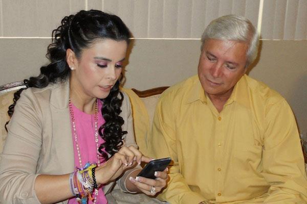 La esposa de Kiko Vega junto con el entonces diputado del PT, Jaime Bonilla.