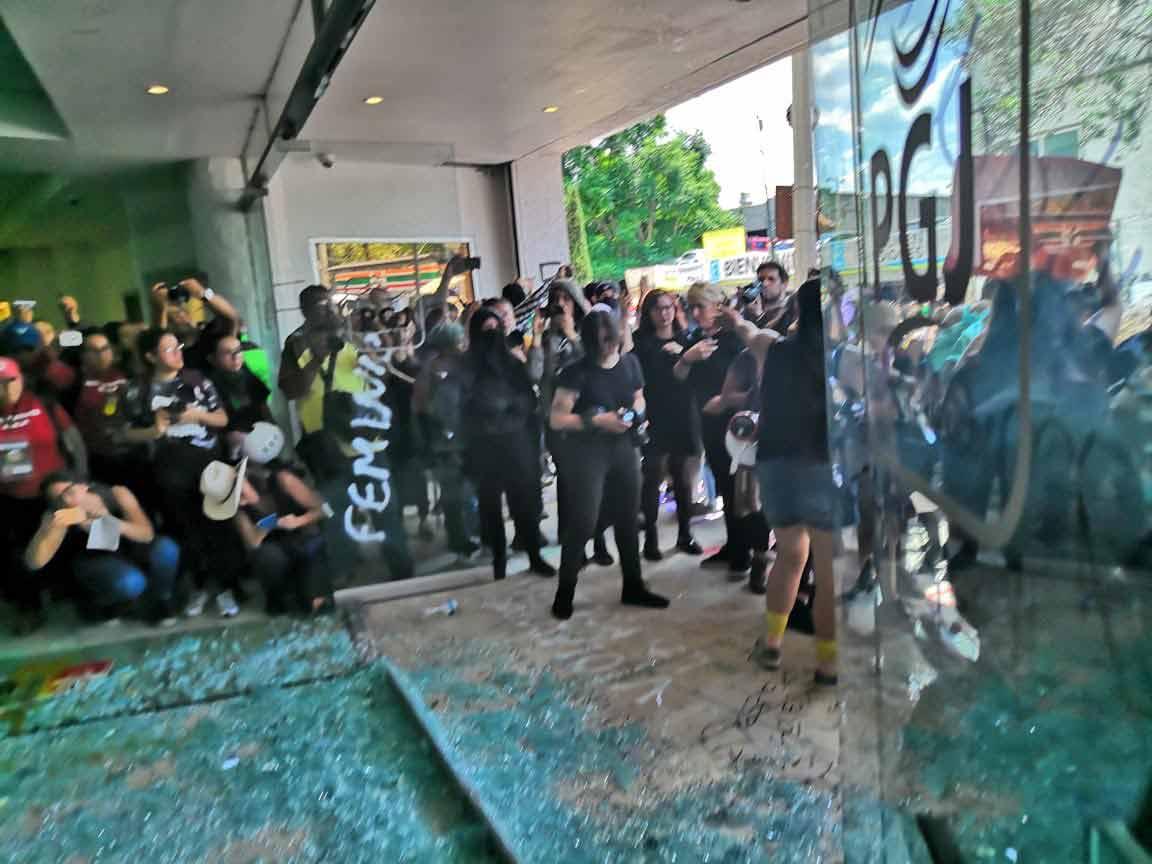 Feminazis rompen las puertas de vidrio de la PGJ.