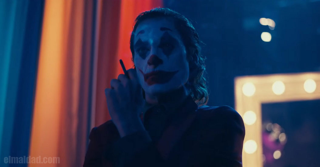 Joaquin Phoenix encarnando al Joker, el príncipe payaso del crimen.
