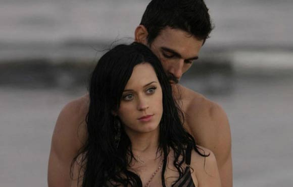 "Katy Perry y Josh Kloss en el vídeo musical ""open the eyes of my heart""."