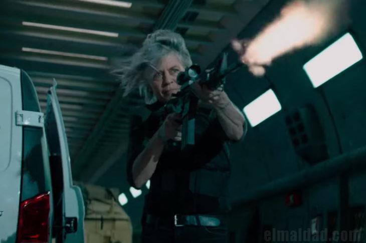 Sarah Connor con todo en Terminator: Dark Fate.