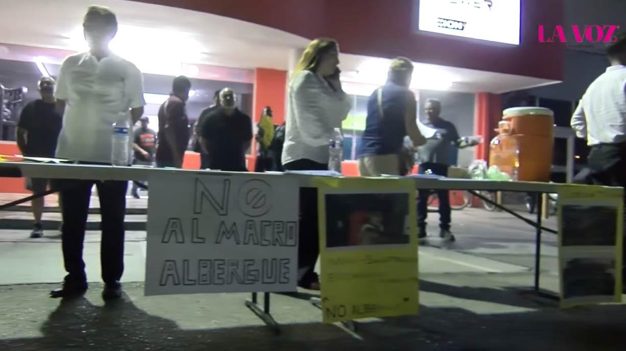 Vecinos de la zona poniente recolectando firmas en contra del macro albergue.
