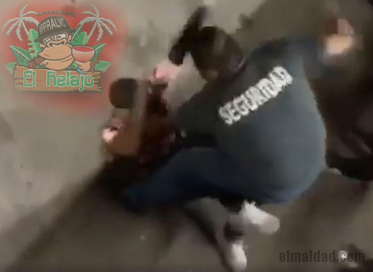 Guardia de El Relajo golpeando a cliente.