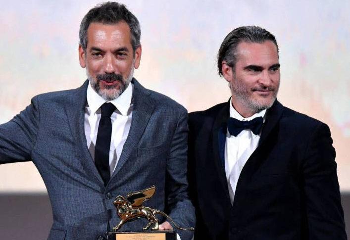 Todd Phillips y Joaquin Phoenix recibiendo el león de oro por Joker.