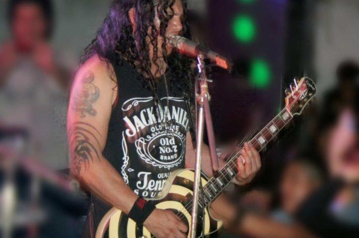 Alberto Pimentel con la guitarra que le robaron.