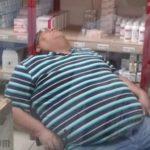 Hombre dormido en horario de trabajo.