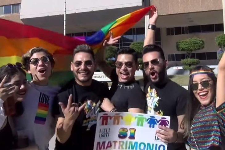 Asistentes a la marcha del orgullo gay en Mexicali.