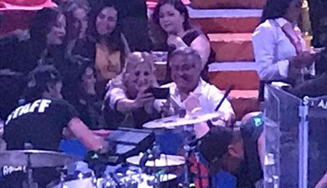 Gustavo Sánchez aceptando selfie de una Mexicali.