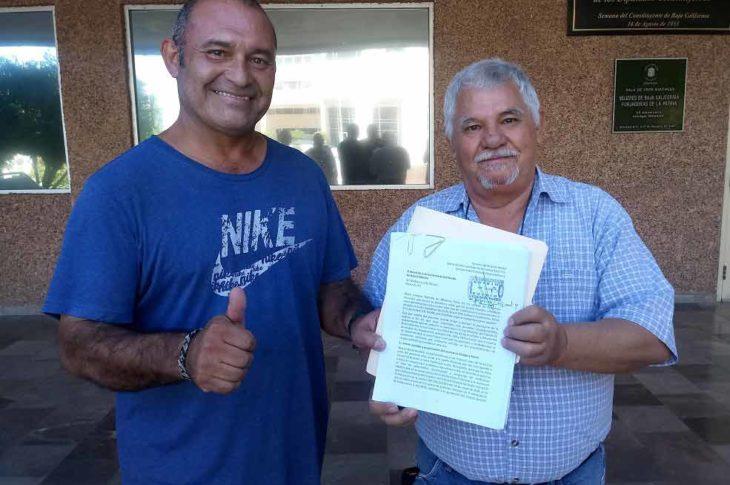 Manuel Valenzuela y Mario Hurtado presentando el amparo ciudadano contra la ley Bonilla.