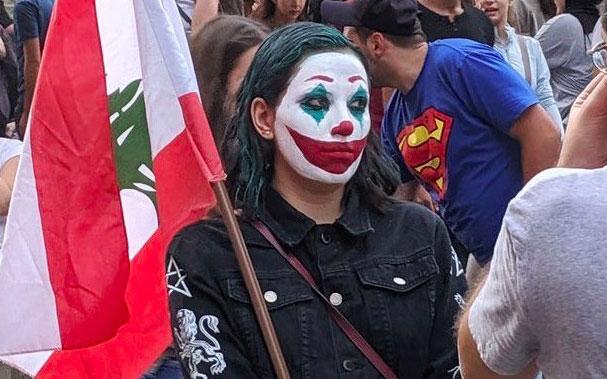 Manifestante con maquillaje de Joker.
