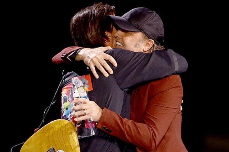 Juanes y Lars Ulrich, un abrazo emotivo en los Latin Grammys
