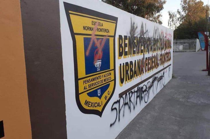 Escuela Normal Fronteriza fue grafiteada.