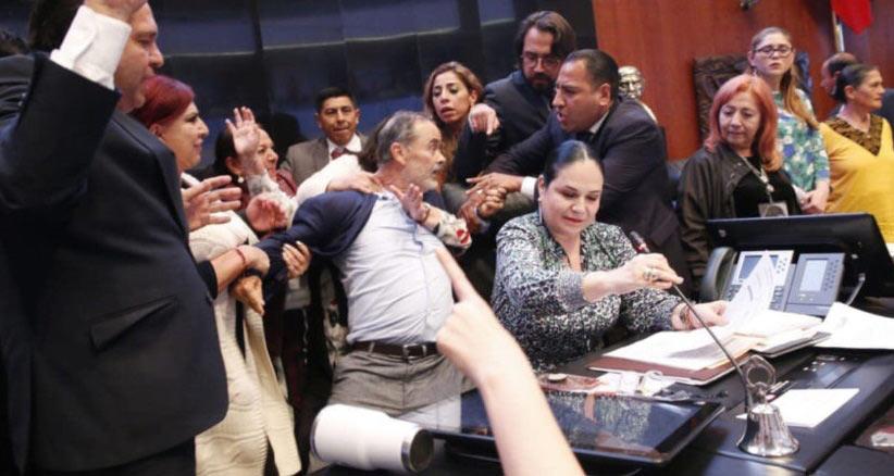 El panista Gustavo Madero en pleno pleito contra los morenistas.