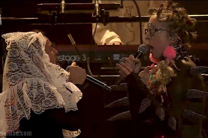 Rubén Albarrán como niño dios y Andrea Echeverri como arbolito de navidad.
