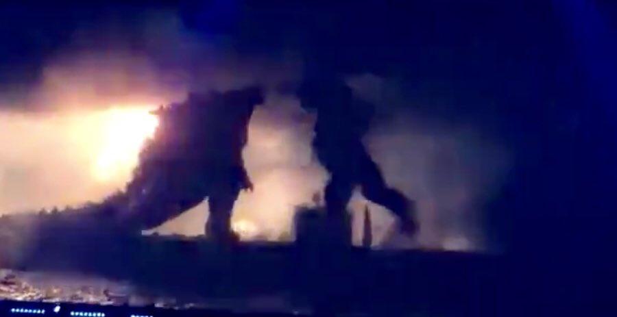 Momento en que Godzilla pelea contra King Kong.