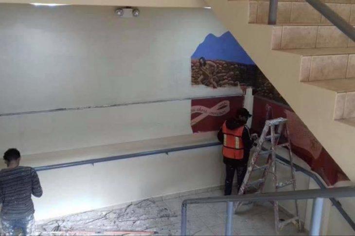 El mural siendo eliminado.