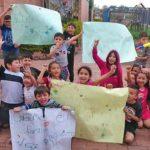 Niños en Colombia protestan para que abran las puertas del parque de su barrio.
