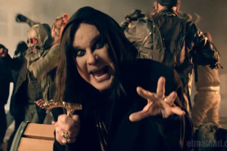 Ozzy Osbourne en el vídeo que acaba de estrenar.