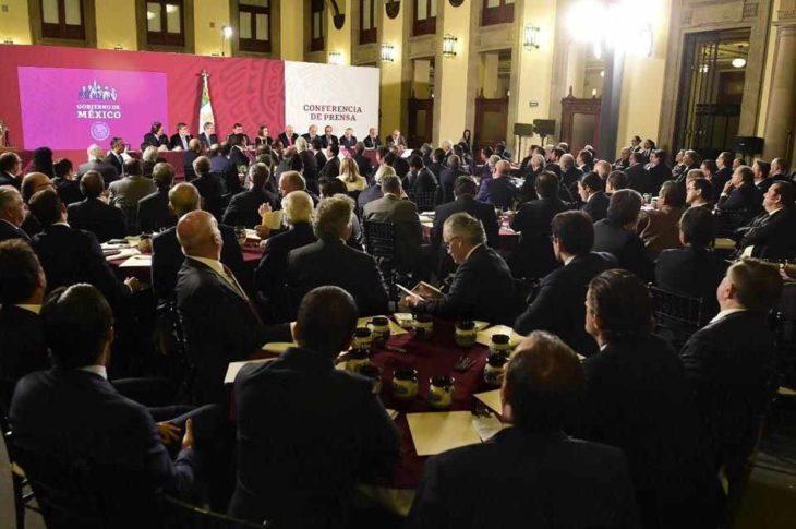 AMLO ofrece cena a los empresarios para que compren cachitos