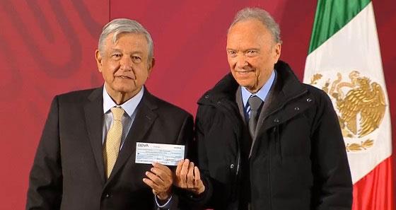 """AMLO y Gertz presentando un cheque de 2 mil millonespara """"ayudar"""" a los pobres."""