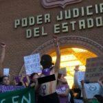 Femichangas manifestándose antes de destrozar el poder judicial del estado de Sonora.
