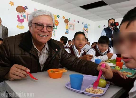 Bonilla presumiendo su nuevo programa de Desayunos Escolares.