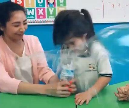 """La maestra haciendo su """"broma""""."""