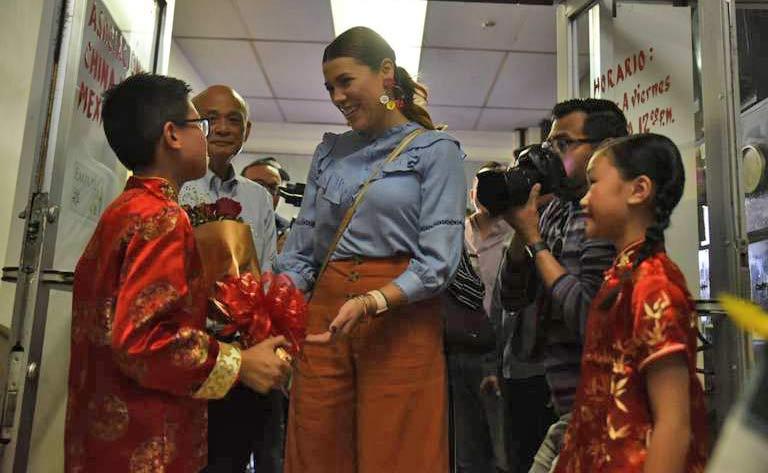 Marina del Pilar con miembros de la comunidad china de Mexicali.