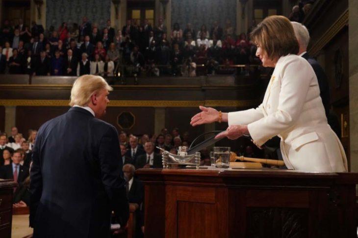 Trump deja con la mano extendida a Pelosi.