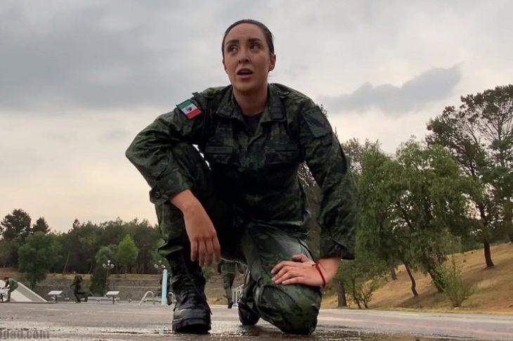 """La soldado Alexa Bueno en el vídeo """"un día de adiestramiento en el Heroico Colegio Militar""""."""
