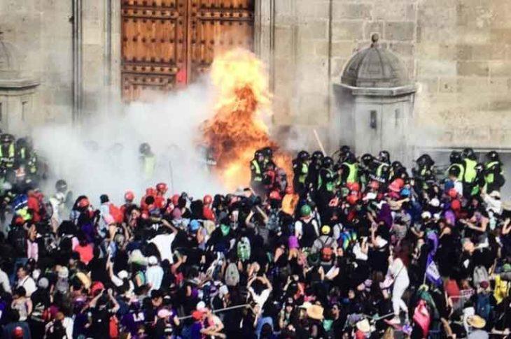 Lanzan bombas molotov en la marcha de la CDMX.