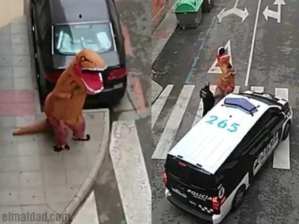 Dinosaurio detenido por la policía.