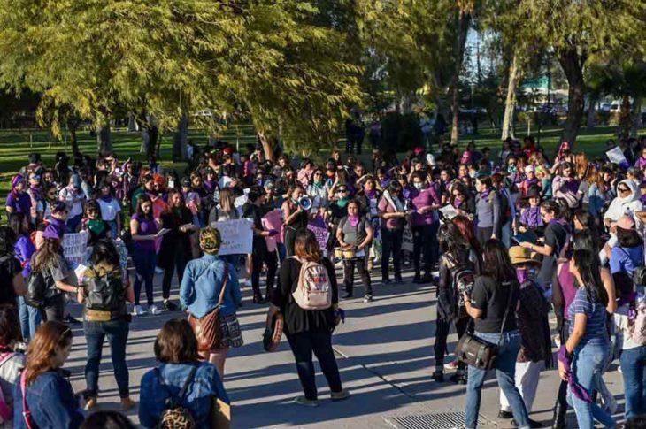 Grupos de mujeres antes de la marcha. Foto: La Voz De La Frontera.