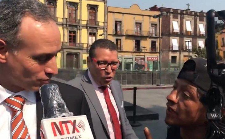 López Gatell frente a un hombre en situación de calle.