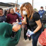 Marina del Pilar repartiendo naranjas y cloro el pasado 25 de marzo.