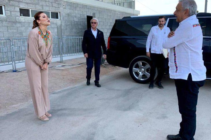 """Marina del Pilar expresando """"el amor de los mexicalenses"""" a el Cacas, digo, a AMLO."""