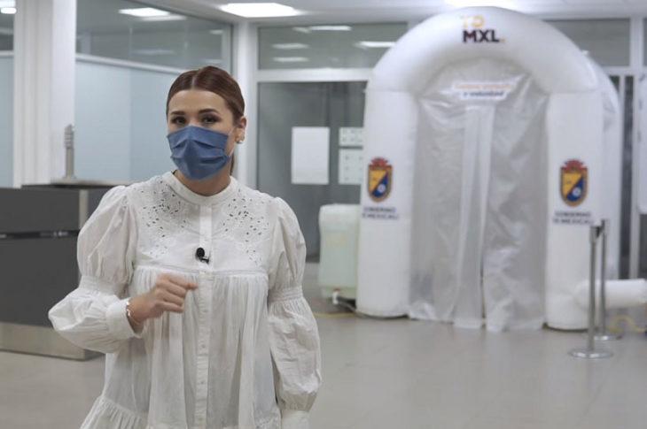 Marina del Pilar presumiendo la instalación de túneles desinfectantes.