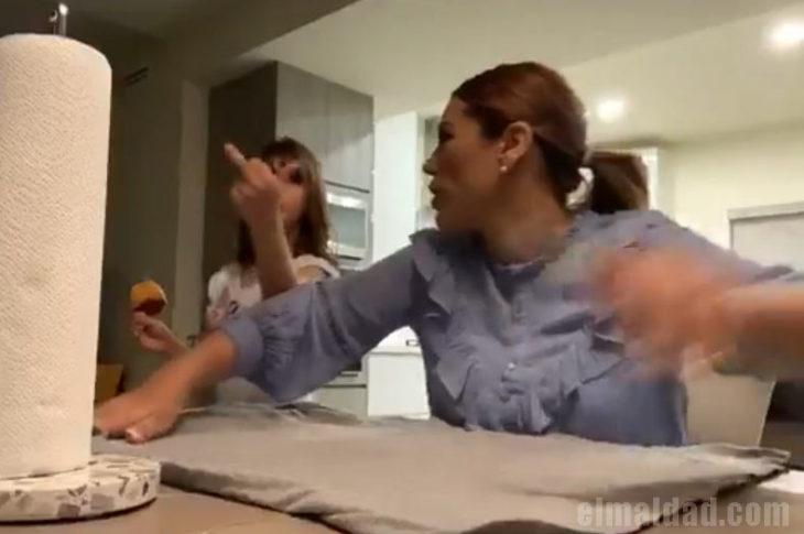 La hija de la presidente municipal de Mexicali mostrando su cortada en el dedo de en medio.